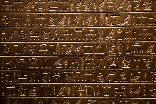 石に書かれたエジプトの象形文字の背景