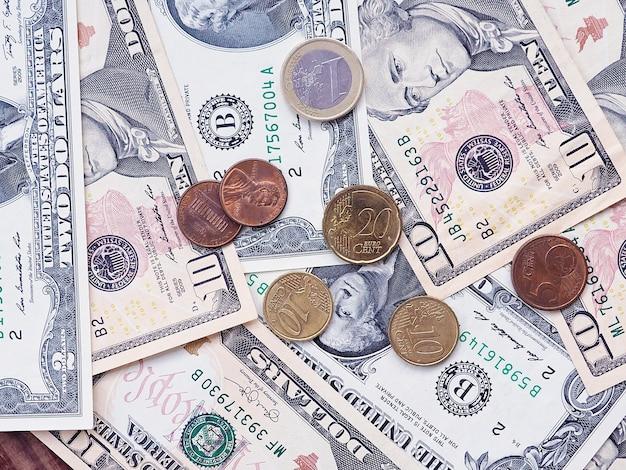 ユーロとドルの紙幣と硬貨の背景、金融と貧困の概念。
