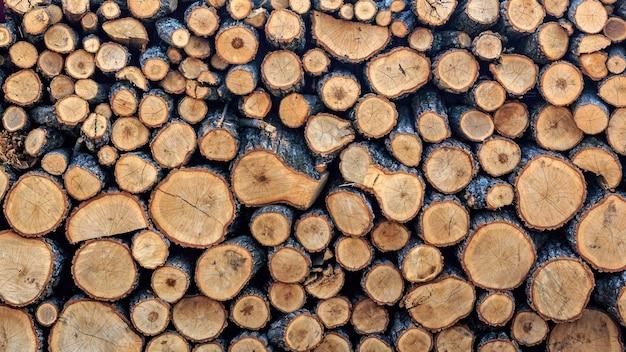 家やお風呂やサウナを暖房するために冬季に収穫された薪の背景