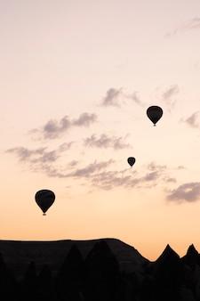 カッパドキアの空を飛ぶ気球の背景トルコの休日はパンデミックの間に旅行します