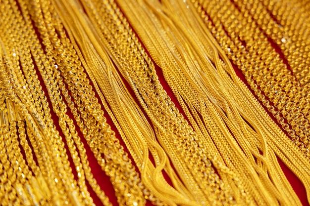 店の棚の金のネックレスの背景