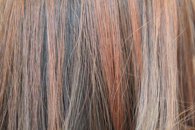 하이라이트 기술로 염색 한 머리카락의 배경색이지만 머리카락이 손상되고 거칠어 짐