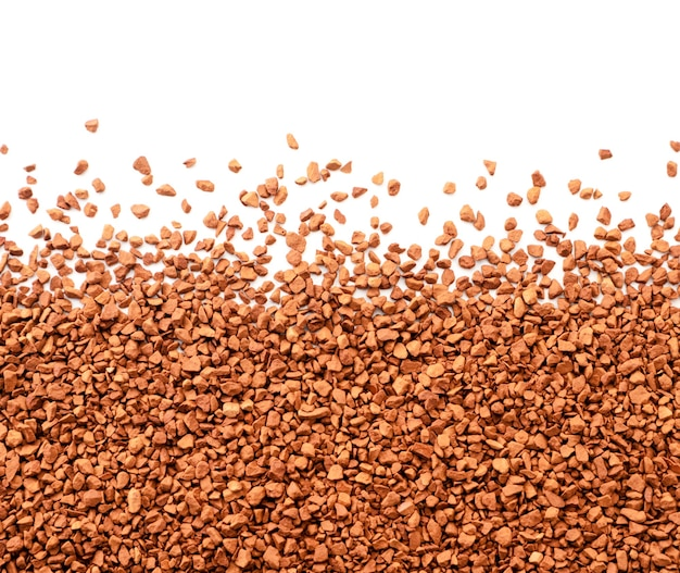 Предпосылка гранул растворимого кофе на белой изолированной предпосылке. место для текста