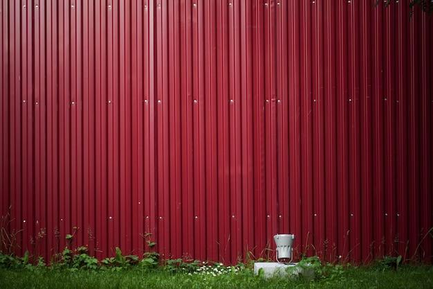 철 붉은 잎의 배경입니다. 간단한 펜싱의 예. 지상에 있는 손전등의 백라이트로