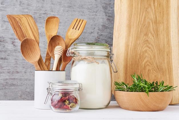 Фон кухонной утвари на белом столе крупным планом