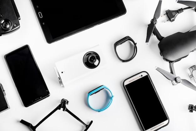 Фон современных планшетных гаджетов рядом с телефоном и дроном, концептуальные устройства, используемые каждый день