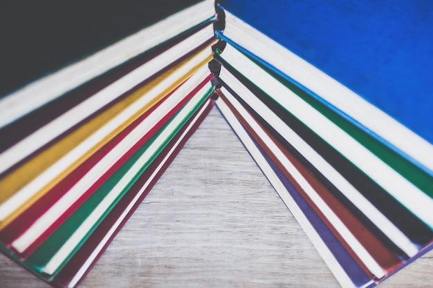 Предпосылка разноцветных старых книг заделывают. концепция книги как символа знания