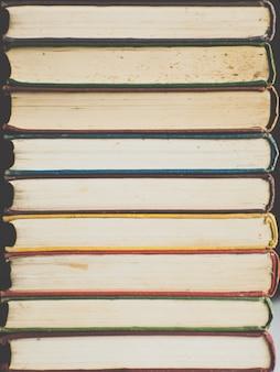 古い本の色とりどりの根の背景。コピースペース。