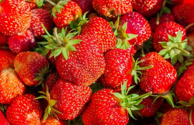 自然で新鮮な熟したイチゴの背景