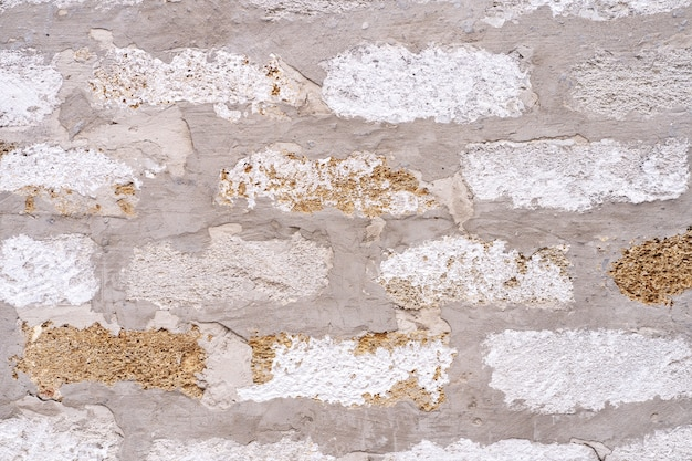 古いアンティークの汚れたレンガの壁の背景、レンガの間にセメントの厚い層、テクスチャ。