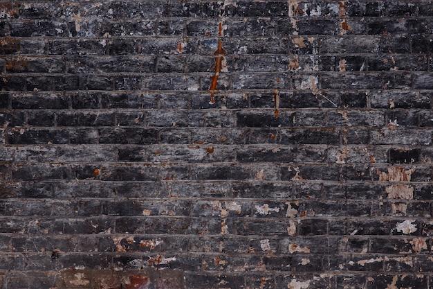 Фон старой старинной грязной кирпичной стены с шелушащейся штукатуркой, текстуры