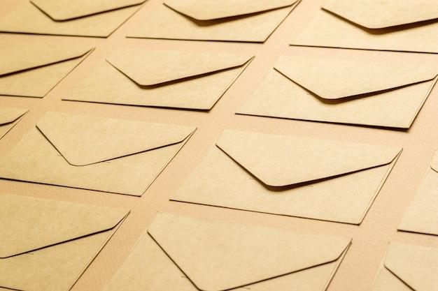 Фон из бумажных почтовых конвертов на бумажном фоне. Premium Фотографии