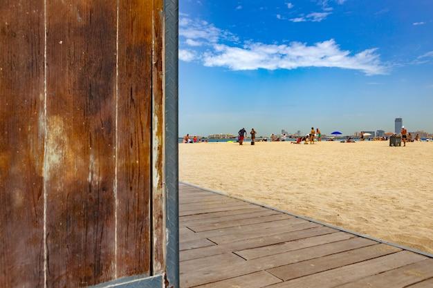 화창한 날 해변을 걷는 사람들의 배경