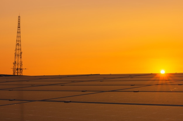 再生可能エネルギー用の太陽光発電モジュールの背景、日没時のソーラーパネル