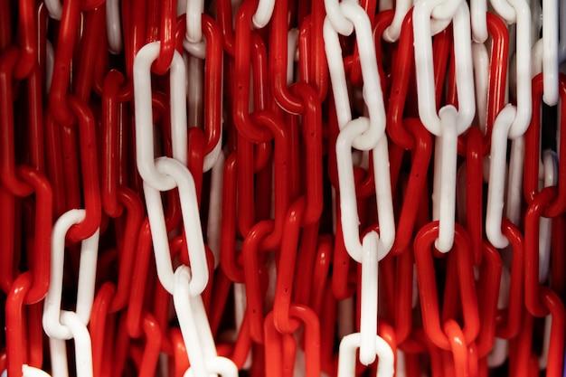 Фон пластиковые красные и белые звенья цепи связаны