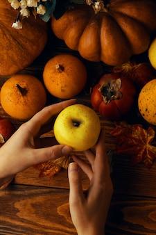 カボチャ、リンゴ、柿の背景。