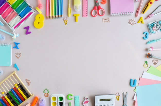Фон школьных принадлежностей в пастельных тонах на голубом фоне, место для текста. офисные принадлежности. обратно в школу. он был плоским.