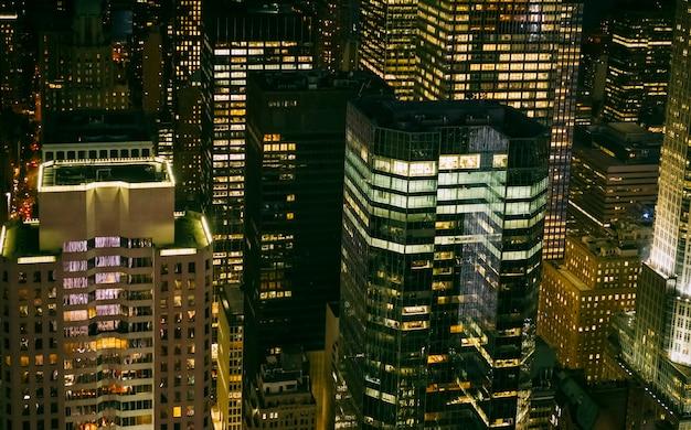 ニューヨーク市マンハッタンで夜に照らされた高層ビルの窓の背景
