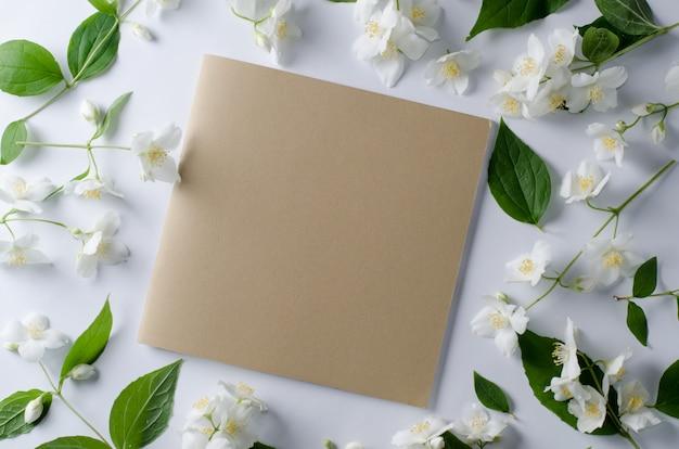 Фон из чайных роз и цветов жасмина.