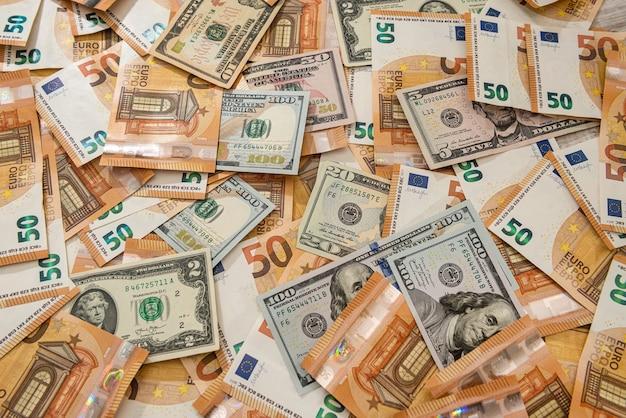 세계에서 가장 큰 두 통화 인 달러와 유로의 배경. 재정적 인