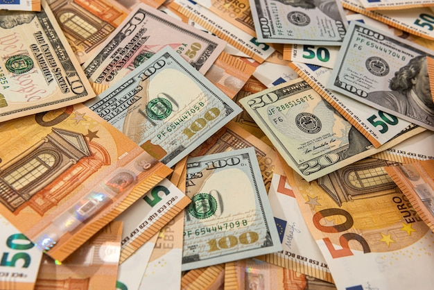세계에서 가장 큰 두 통화 인 달러와 유로의 배경