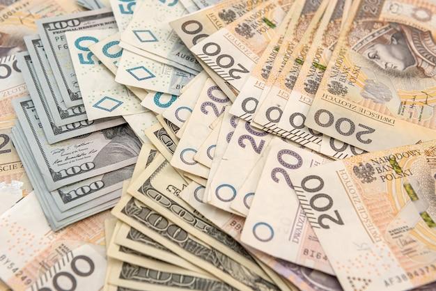 Фон банкноты долларов сша и злотых. бизнес-концепция