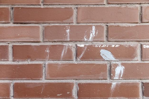 붉은 벽돌 벽의 배경, 건설 페인트가있는 넓은 벽돌 벽