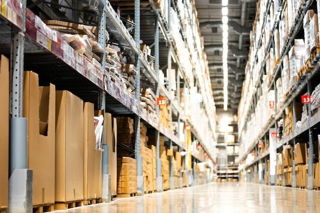 창고 또는 창고 산업 및 물류 회사의 배경. 바닥에 창고를 놓고 높은 선반이라고
