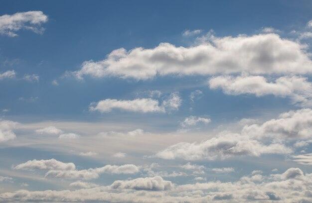青い空に白い積雲の背景。