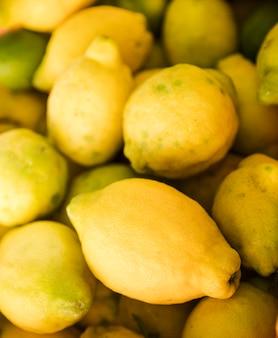 시장에서 노란색 신선한 육즙 레몬의 배경