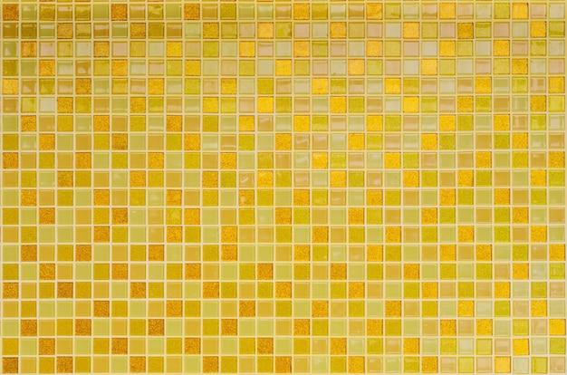 Фон из желтой золотой мозаичной плитки для отделки и дизайна стен ванной комнаты и кухни.