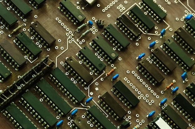 背景-マイクロチップを搭載した古いほこりっぽい古いコンピュータのマザーボード