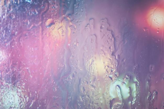 背景の雨滴がクローズアップ
