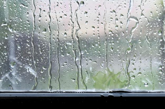 窓ガラス上の背景雨滴新鮮な