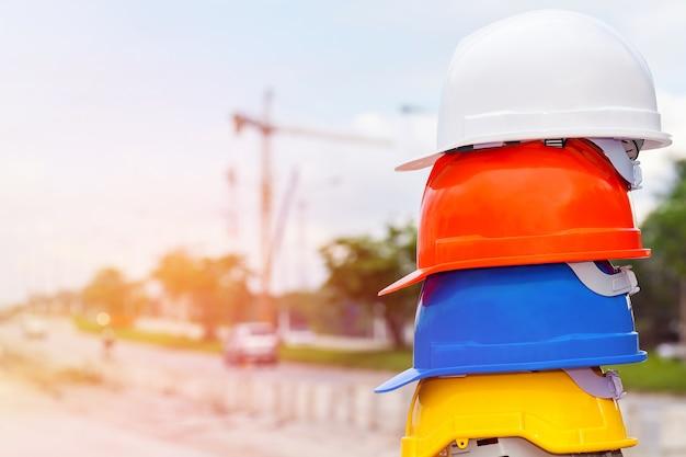 Защитный шлем со строительной площадкой background.selective focus.