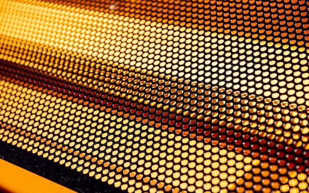원형 구멍이 있는 금속 배경 시트