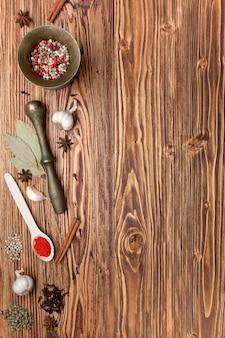 배경 - 오래된 소나무 판에 있는 향신료와 텍스트를 위한 공간
