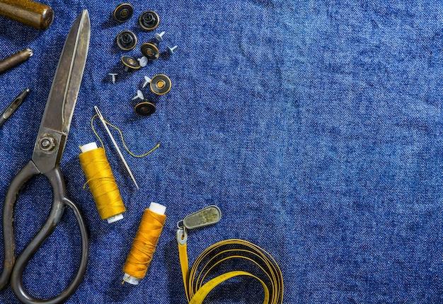 데님 직물에 청바지를 바느질의 배경 테이블 상단보기
