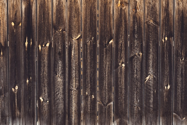 背景のテクスチャ。釘で老化した茶色の板の表面。コピースペース