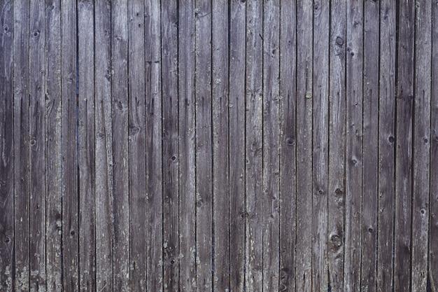 背景のテクスチャ。釘と苔で老化した灰色の板の表面。コピースペース
