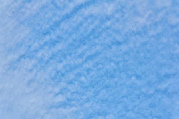Фон, текстура - голубое небо с перисто-кучевыми облаками