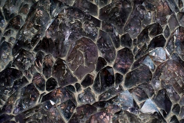 背景、テクスチャ-大きな天然の未処理のアメジスト結晶の結晶