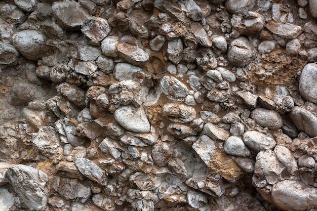 Фоновая текстура из камней в осыпающейся скале. горизонтальное изображение.
