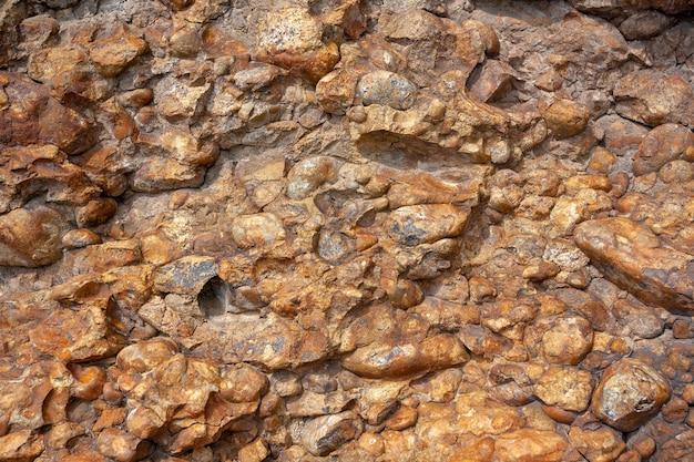 Фоновая текстура коричневых гладких камней, похожих на бетон. горизонтальное изображение.