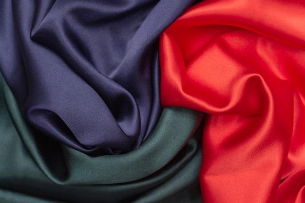 シルク生地、赤、青、緑の背景テクスチャ。豪華な背景。なめらかな