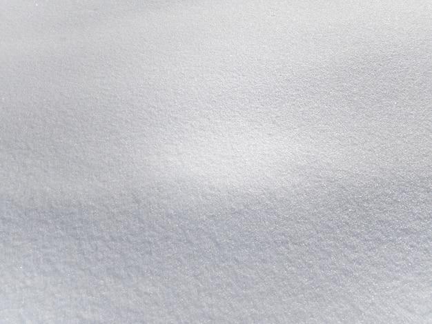 Фоновая текстура белого свежего снега, сверкающего на солнце, копия пространства, мобильное фото