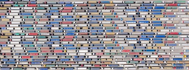 배경, 질감 또는 패턴입니다. 국경이나 터미널에 트럭의 거대한 대기열. 조감도.