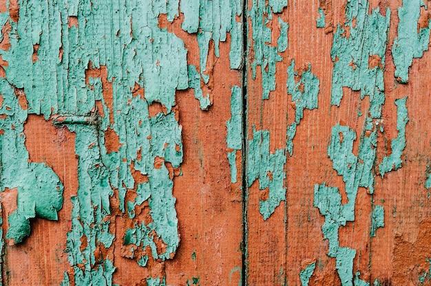 背景、テクスチャ、ペイント。古い緑と赤の木製ドアの一部。