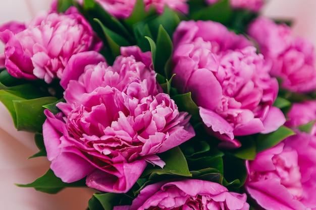 분홍색 모란 꽃다발이 있는 배경 질감