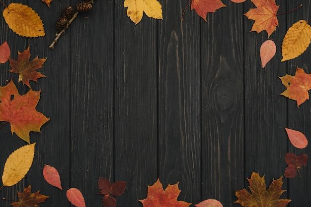 오래 된 나무 테이블과 노란색 단풍 배경 텍스처. 평면도
